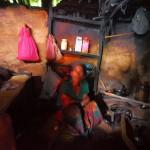 Sunsari sitzt in ihrem 3x3 Meter großen Haus auf dem Fußboden.