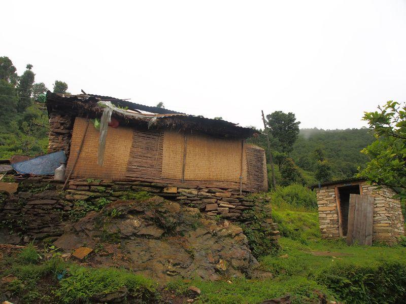 Ein aus Steinen gebautes kleines Haus, das mit Matten abgedichtet ist