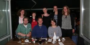 Die acht Gründer in einem Berliner Wirtshaus