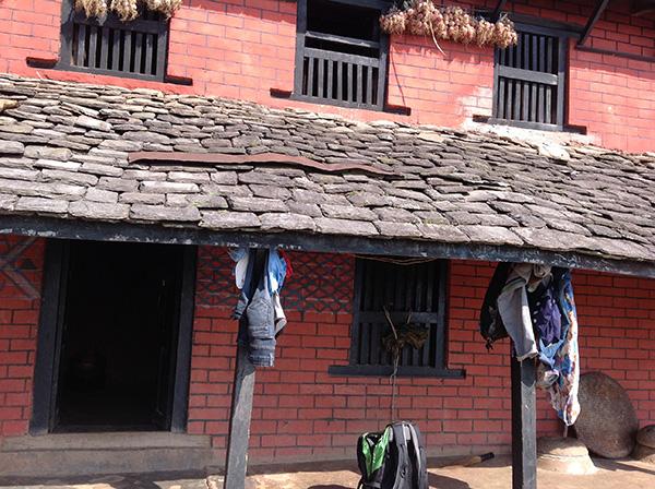 Das Dach von Ushu, das dürftig repariert wurde.