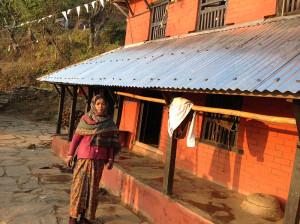 Ushu geht unter ihrem neuen Hausdach vorbei