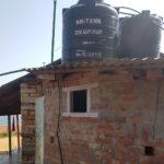 Die neuen Wassertanks auf dem Backsteinbau der Schule
