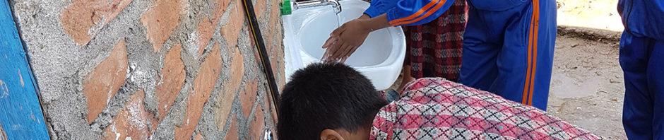 Die neuen Waschbecken werden von den nepalesischen Kindern glücklich getestet